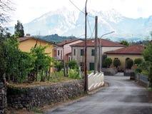 Villaggio di Fornoli e le alpi di Apuane dietro L'Italia, Lunigiana Fotografia Stock