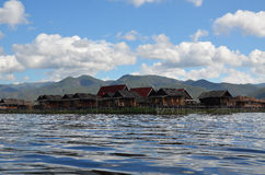 Villaggio di galleggiamento con le nuvole Fotografia Stock Libera da Diritti
