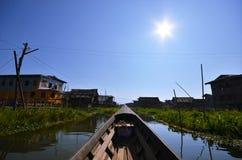 Villaggio di galleggiamento in lago enorme Myanmar immagini stock libere da diritti