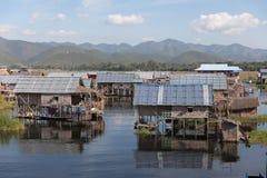 Villaggio di galleggiamento di legno sul lago Inle nello Shan, Myanmar fotografia stock libera da diritti