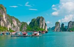 Villaggio di galleggiamento nella baia di Halong Fotografia Stock Libera da Diritti