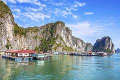 Villaggio di galleggiamento nella baia di Halong, Vietnam Immagini Stock
