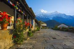 Villaggio di Ghandruk con Annapurna del sud Fotografie Stock
