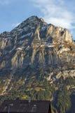 Villaggio di Grindelwald ed alpi di Wetterhornin del supporto vicino ad Interlaken, Svizzera Fotografia Stock