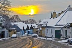 Villaggio di Grinzing alla luce di primo mattino nell'orario invernale Immagine Stock Libera da Diritti