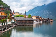 Villaggio di Hallstatt in alpi al crepuscolo Fotografia Stock Libera da Diritti