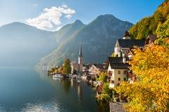 Villaggio di Hallstatt in alpi austriache in autunno Fotografie Stock
