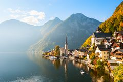 Villaggio di Hallstatt in alpi austriache in autunno Fotografia Stock Libera da Diritti