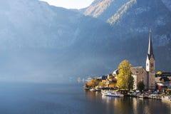 Villaggio di Hallstatt con il bello lago e montagna in alpi Immagini Stock Libere da Diritti