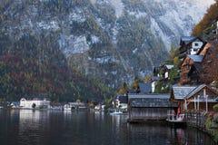 Villaggio di Hallstatt con il bello lago e montagna in alpi Fotografia Stock