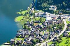 Villaggio di Hallstatt con le Camere della montagna Fotografia Stock Libera da Diritti
