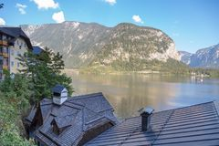 Villaggio di Hallstatt con le Camere della montagna Immagini Stock Libere da Diritti