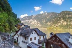 Villaggio di Hallstatt con le Camere della montagna Fotografie Stock