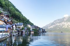 Villaggio di Hallstatt con le Camere della montagna Fotografie Stock Libere da Diritti