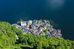 Villaggio di Hallstatt con le Camere della montagna Immagine Stock