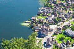 Villaggio di Hallstatt con le Camere della montagna Fotografia Stock
