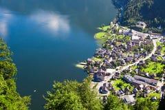 Villaggio di Hallstatt con le Camere della montagna Immagine Stock Libera da Diritti
