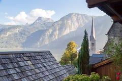 Villaggio di Hallstatt con le Camere e la chiesa della montagna Fotografia Stock