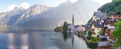 Villaggio di Hallstatt con le Camere e la chiesa della montagna Fotografia Stock Libera da Diritti