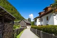 Villaggio di Hallstatt con le Camere storiche della montagna Immagine Stock Libera da Diritti