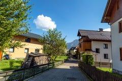 Villaggio di Hallstatt con le Camere storiche della montagna Immagini Stock Libere da Diritti