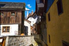Villaggio di Hallstatt con le Camere storiche della montagna Immagine Stock
