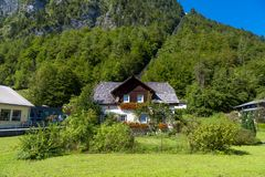 Villaggio di Hallstatt con le Camere storiche della montagna Fotografia Stock