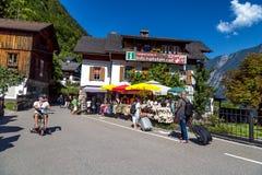 Villaggio di Hallstatt con le Camere storiche della montagna Immagini Stock
