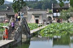 Villaggio di Hongcun nell'Anhui, Cina - ponte antico immagini stock libere da diritti