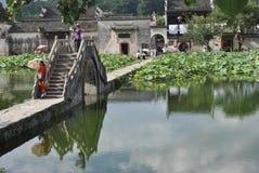 Villaggio di Hongcun nell'Anhui, Cina - ponte antico fotografia stock