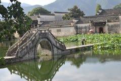Villaggio di Hongcun nell'Anhui, Cina - ponte antico fotografie stock