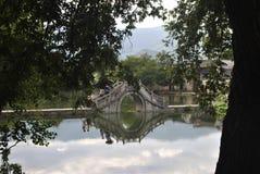 Villaggio di Hongcun nell'Anhui, Cina - ponte antico fotografie stock libere da diritti