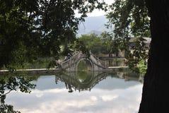 Villaggio di Hongcun nell'Anhui, Cina - ponte antico immagine stock libera da diritti