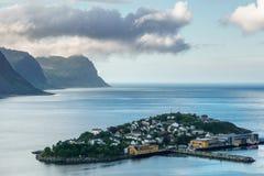 Villaggio di Husoy, isole di Lofoten, città sull'isola Fotografia Stock Libera da Diritti