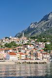 Villaggio di Igrane con la torre in Croazia Fotografia Stock Libera da Diritti