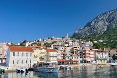 Villaggio di Igrane con le costruzioni in Croazia Fotografia Stock Libera da Diritti