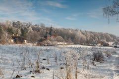 Villaggio di inverno al sole Fotografie Stock Libere da Diritti