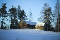 Villaggio di inverno/costruzioni di legno sotto neve Immagine Stock Libera da Diritti