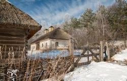 Villaggio di inverno un giorno soleggiato Fotografie Stock Libere da Diritti