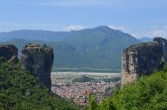 Villaggio di Kalambaka fra i monasteri sulla cima di roccia, un giorno di estate in Meteora, la Grecia immagine stock libera da diritti