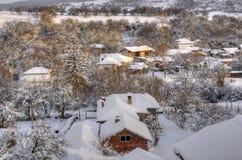 Villaggio di Komshtitsa del abouve dell'immagine di inverno, Bulgaria Fotografia Stock