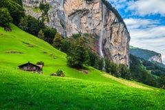 Villaggio di Lauterbrunnen e cascata alpini favolosi di Staubbach nel fondo, Svizzera Fotografia Stock Libera da Diritti