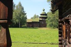 Villaggio di legno russo antico un giorno soleggiato fotografie stock