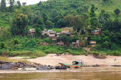 Villaggio di legno tradizionale al Mekong nel Laos immagini stock