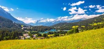 Villaggio di Lenzerheide con Haidisee in alpi svizzere Immagine Stock Libera da Diritti