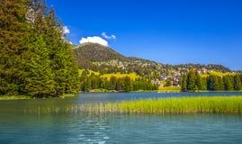 Villaggio di Lenzerheide con Haidisee in alpi svizzere Fotografie Stock Libere da Diritti