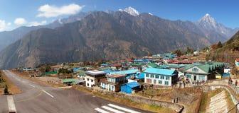 Villaggio di Lukla ed aeroporto di Lukla, valle di Khumbu, Nepal fotografia stock libera da diritti