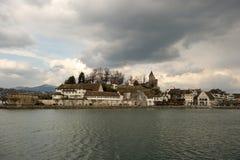 Villaggio di lungomare del Vecchio Mondo fotografia stock libera da diritti