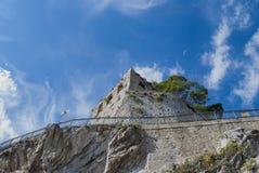 Villaggio di Maiori della torre della fortezza di rovina Fotografia Stock Libera da Diritti