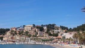Villaggio di Mediterrean con il porto e la spiaggia Fotografia Stock Libera da Diritti